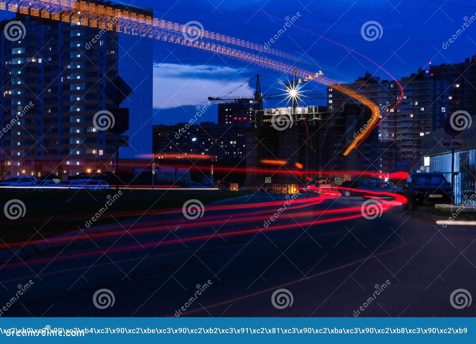 Verkeer in stad bij nacht