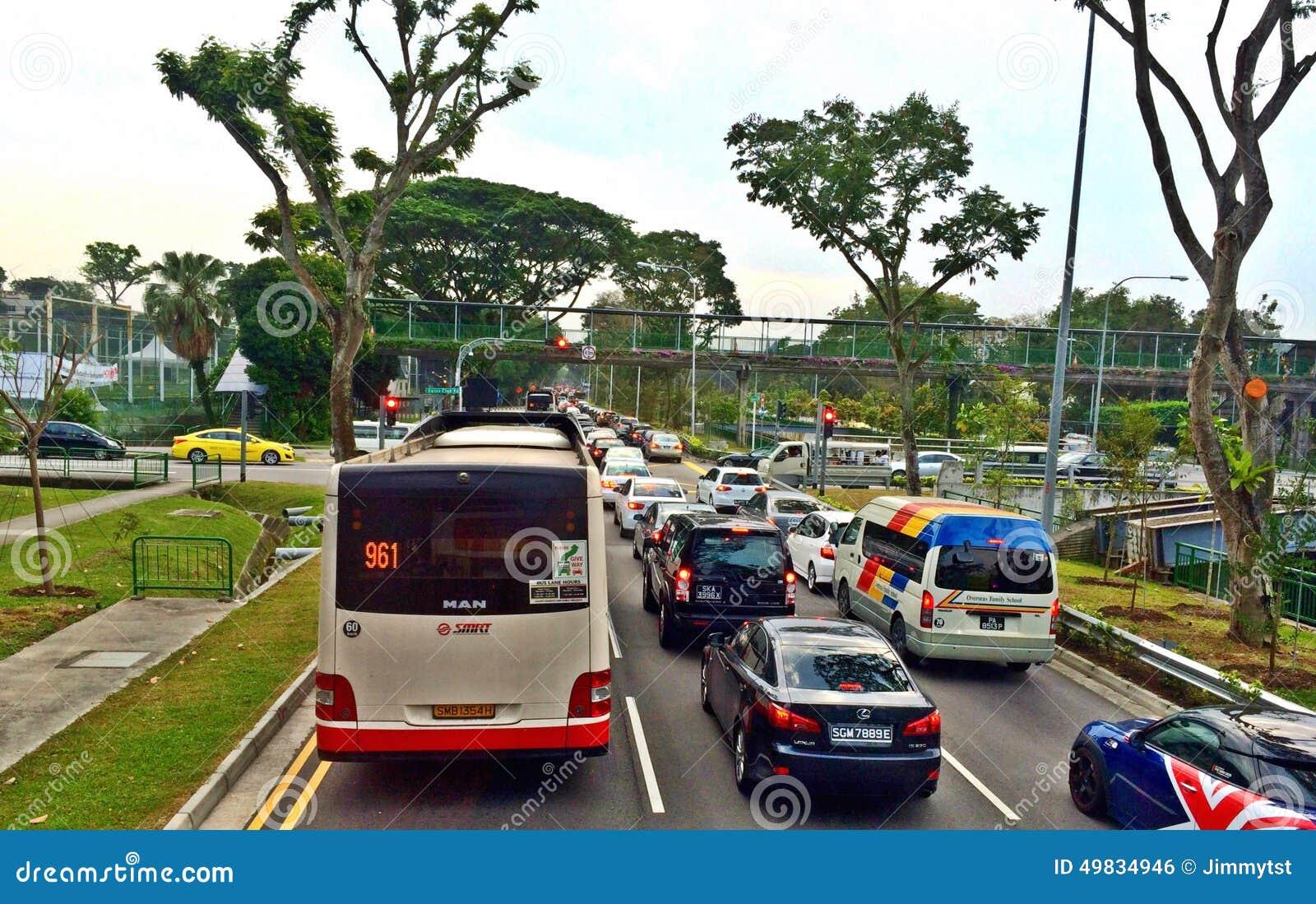 Verkeerscongestie langs een hoofdweg in Singapore