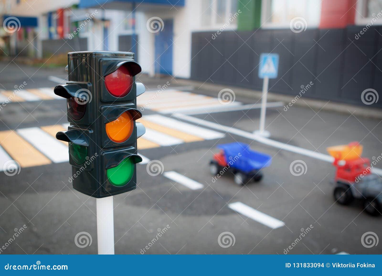 Verkeerslichten, auto s en voetgangersoversteekplaats