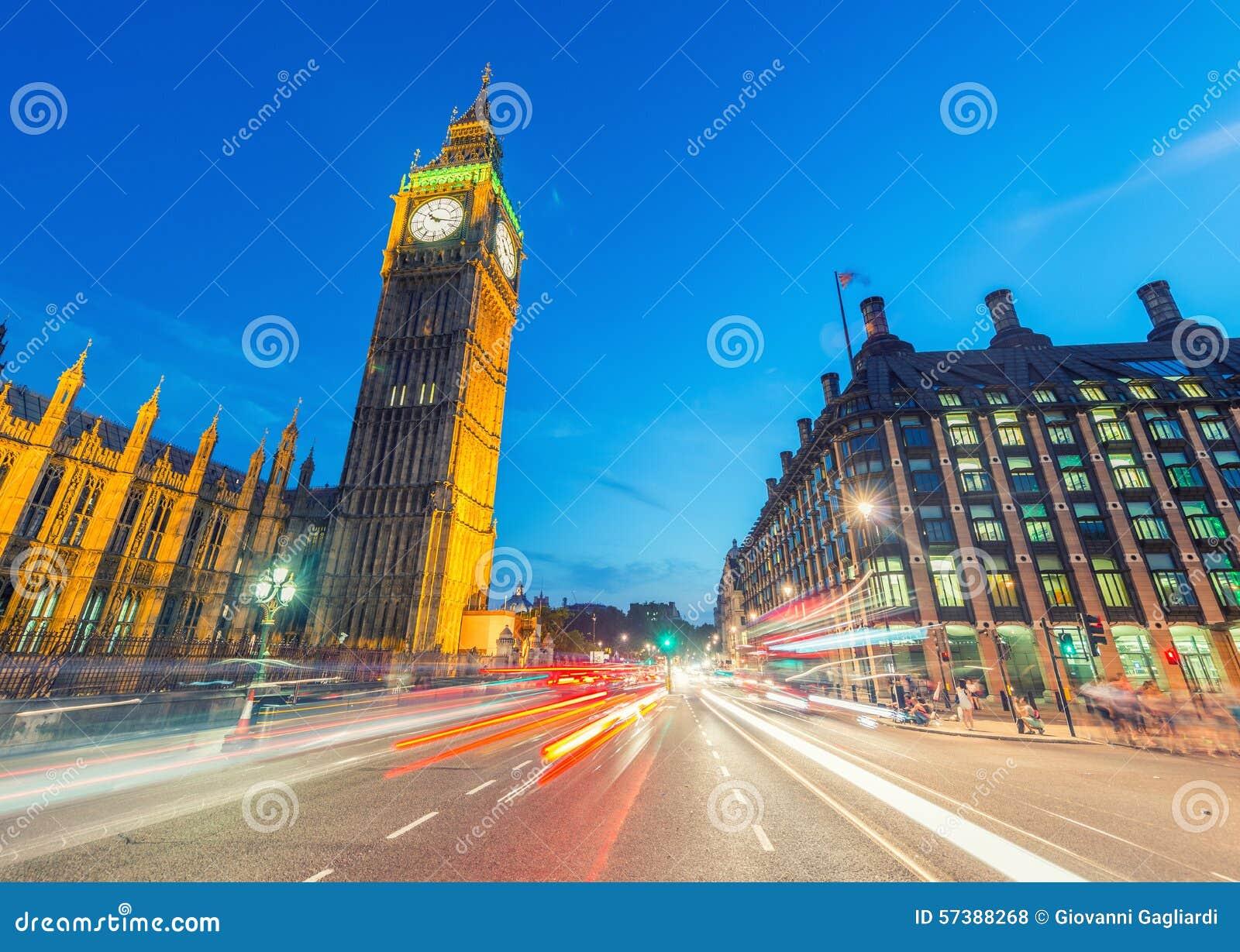 Verkeerslichten in de nacht onder Big Ben - Londen