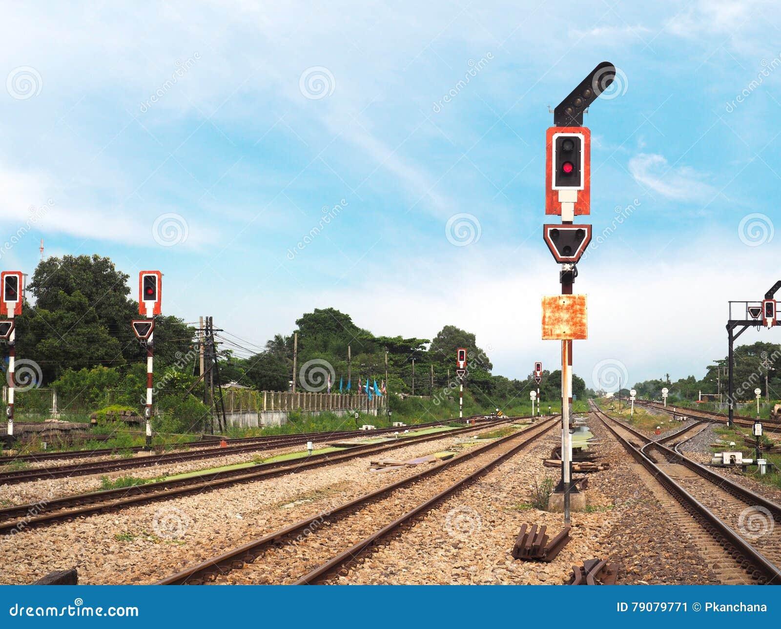 Verkeerslichtsignaal over spoorwegspoor