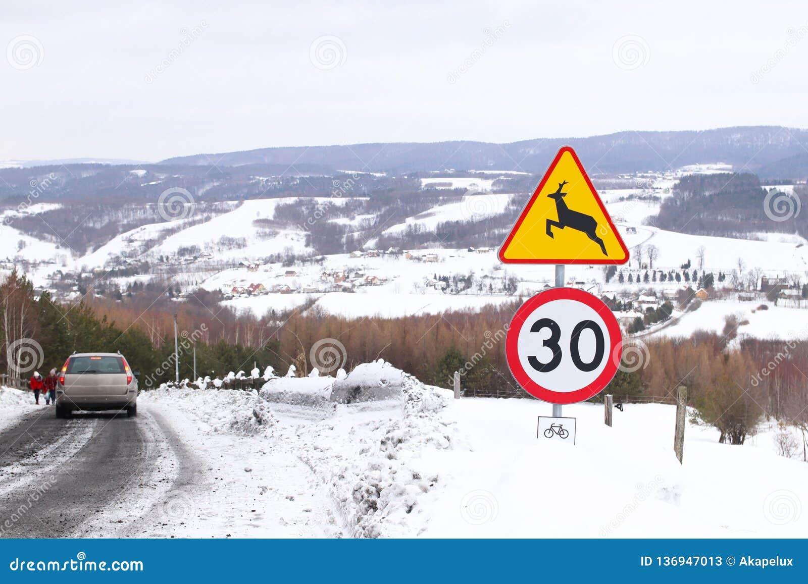 Verkeersteken: voorzichtig wilde dieren, maximum snelheid tot 30 km/uur en het cirkelen toeristensleep Waarschuwing van gevaar in