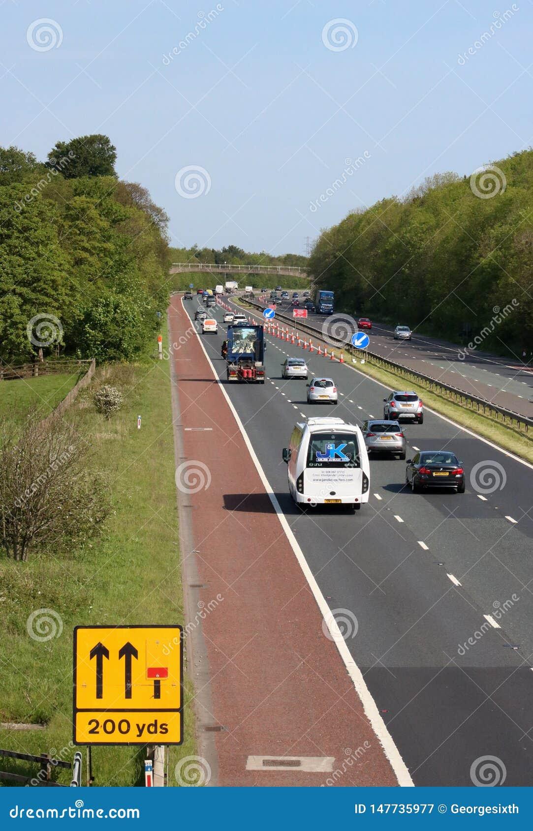 Verkehr auf n?hernden Stra?enarbeiten der Autobahn M6