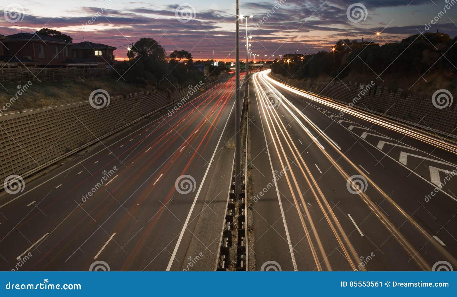 Verkehrs-Spuren bei Sonnenuntergang