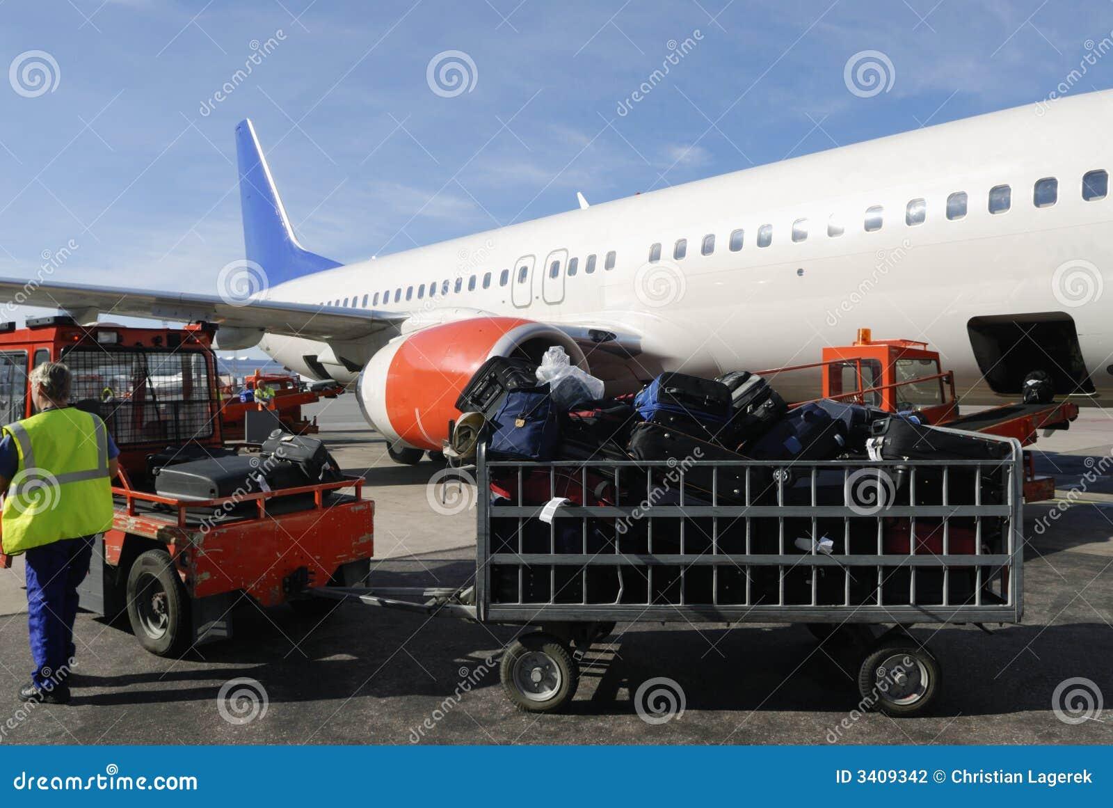 Verkehrsflugzeug geladen mit Koffern
