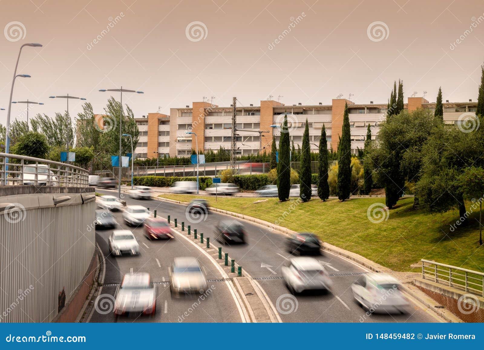 VerkehrsHauptverkehrszeit mit einem unscharfen Zug im Hintergrund