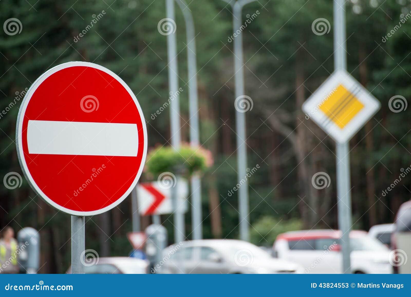 Verkehrsschilder und Linien auf Asphalt