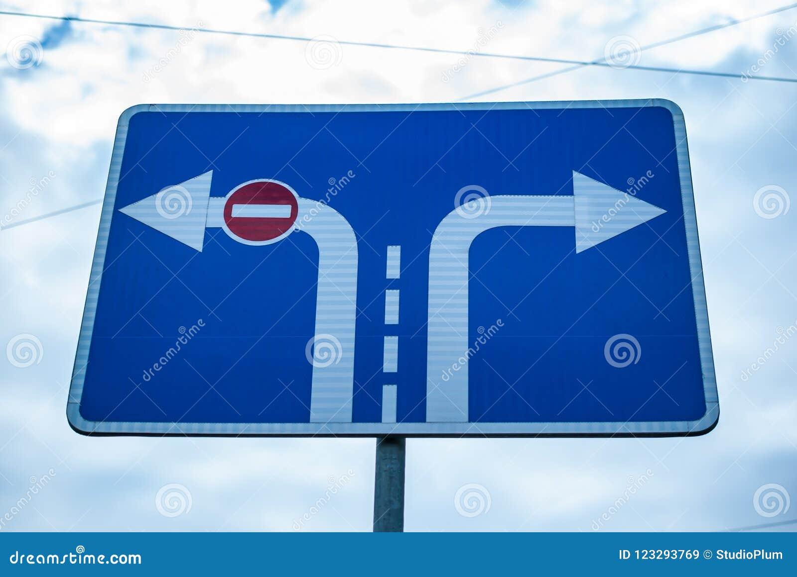 Verkehrsschildfahrtrichtung und -eintritt verboten auf Himmelhintergrund