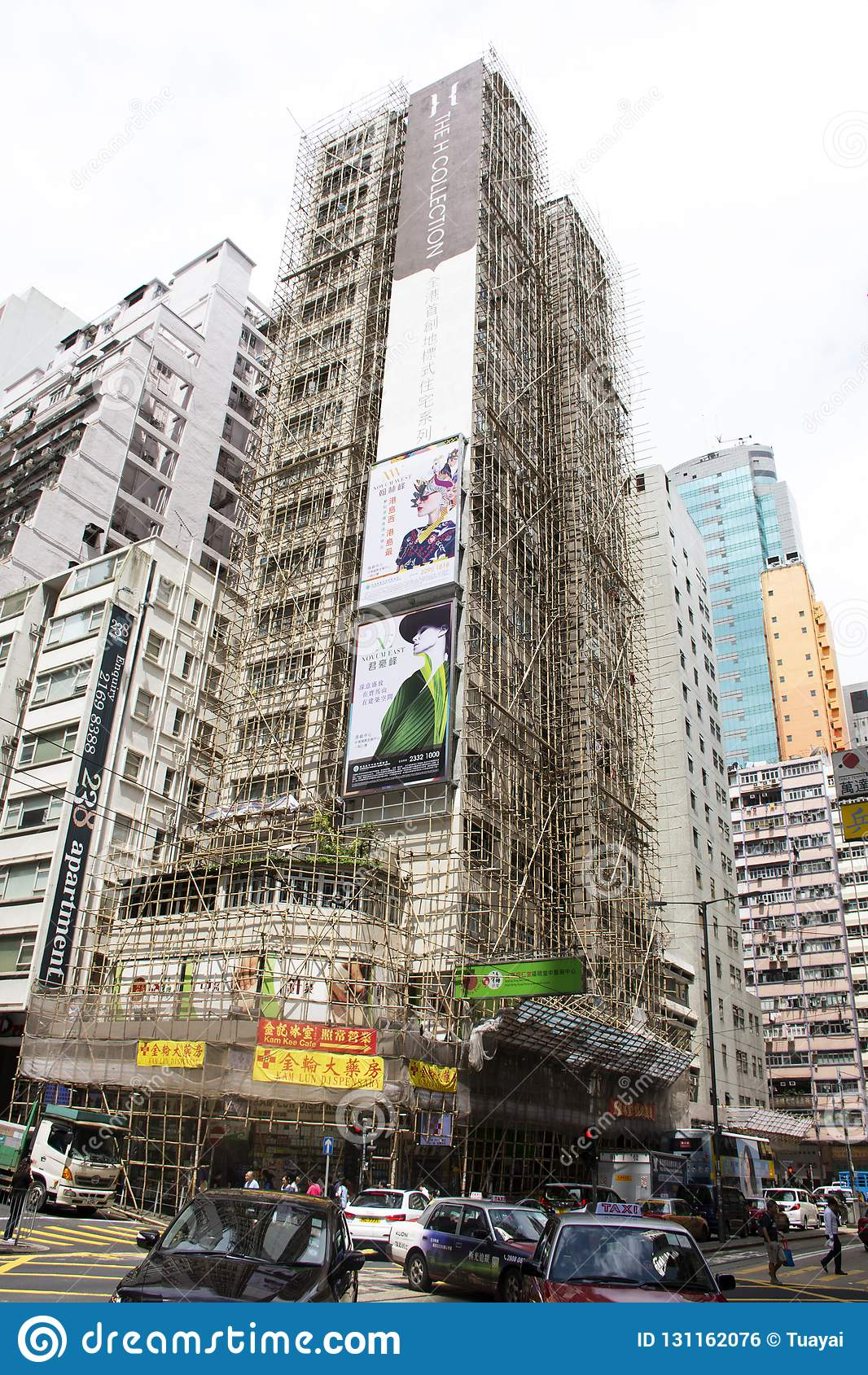 Verkehrsstraße und Gebäude in der Baustelle neben Fa Yuen Street bei Mongkok in Hong Kong, China erneuern