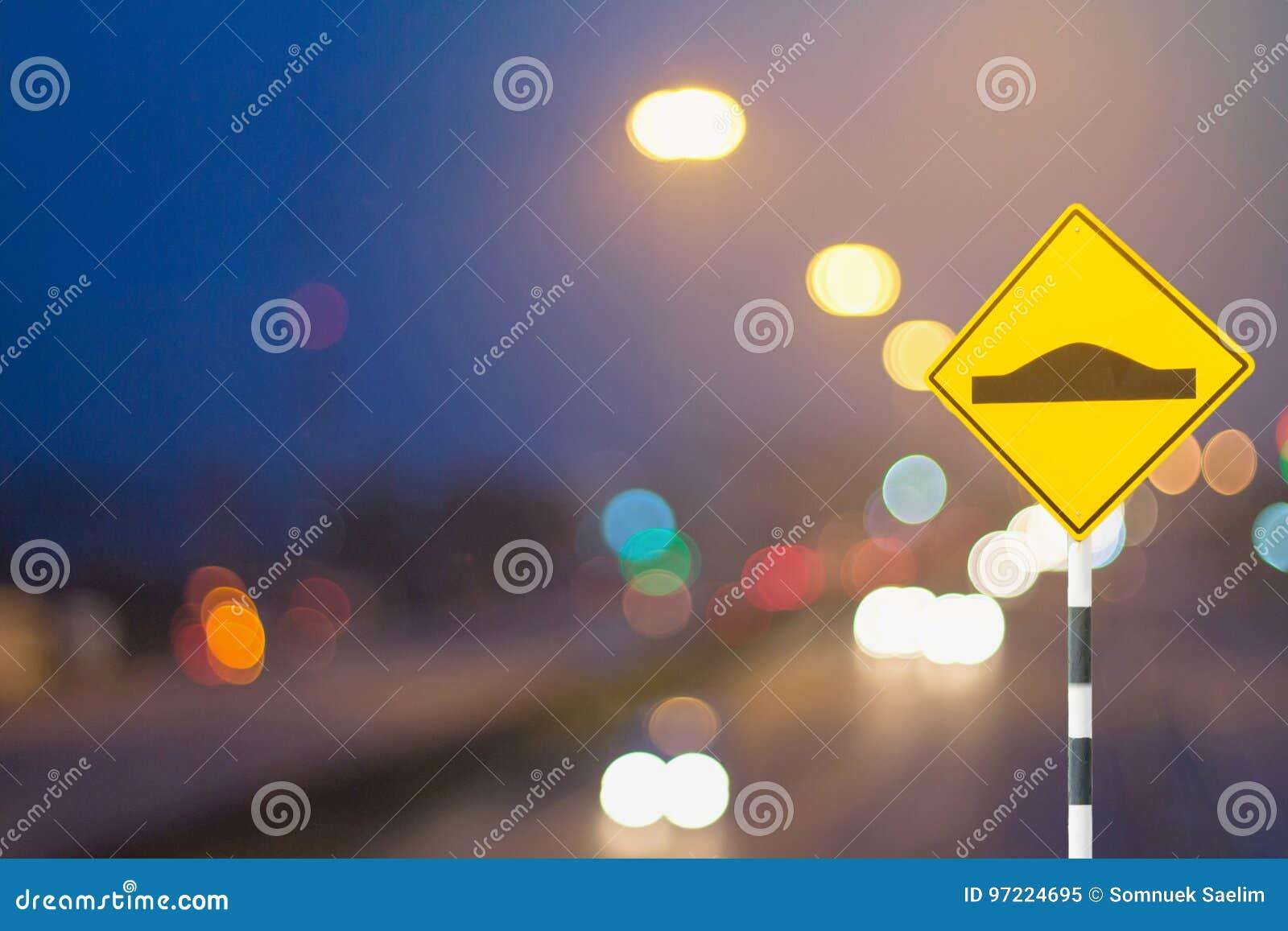 Verkehrszeichen und defocused Lichter bokeh als helles Auto auf Straßen-BAC
