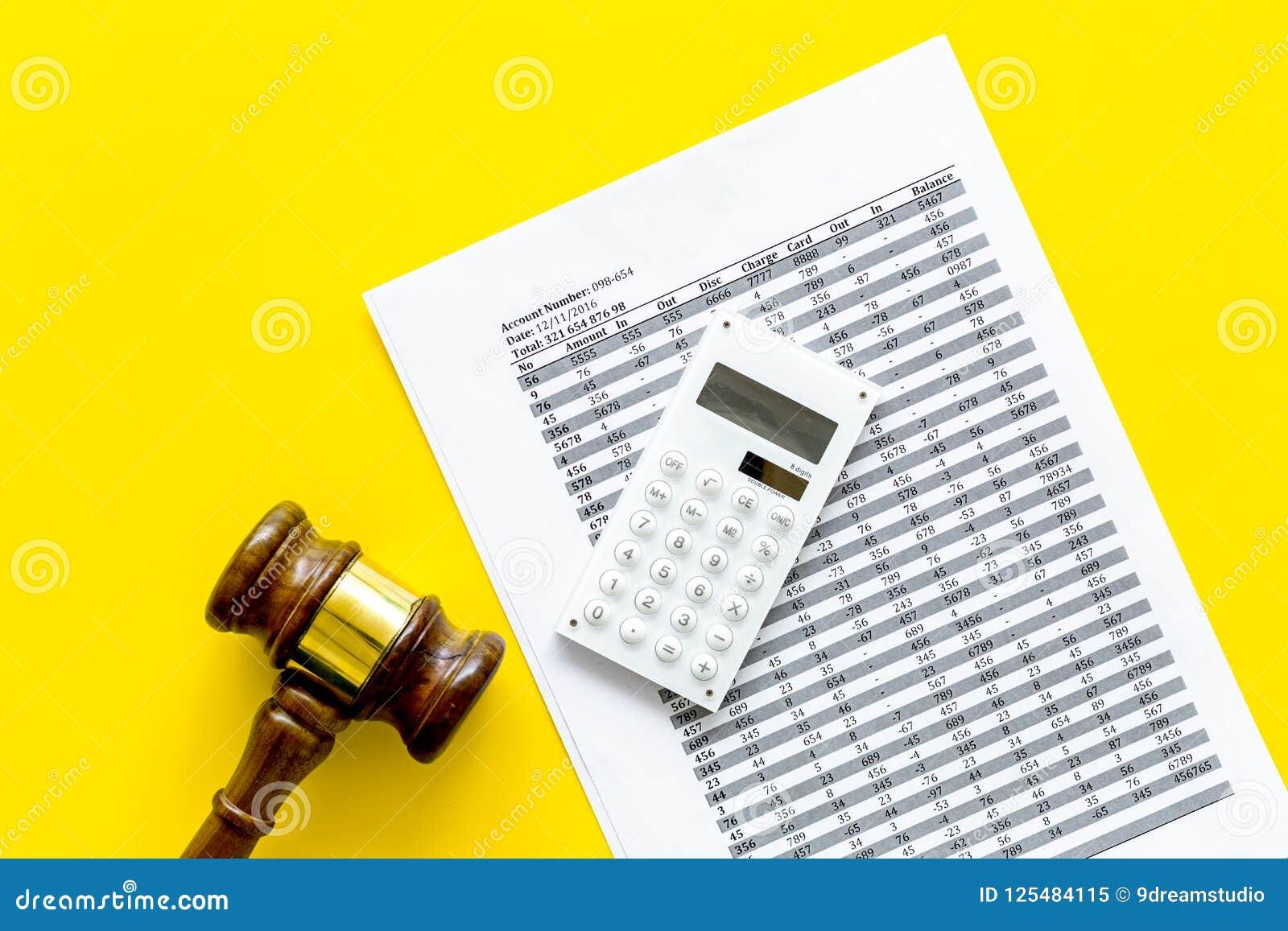 Verklaar faillissementsconcept Rechtershamer, financiële documenten, calculator op de gele ruimte van het achtergrond hoogste men