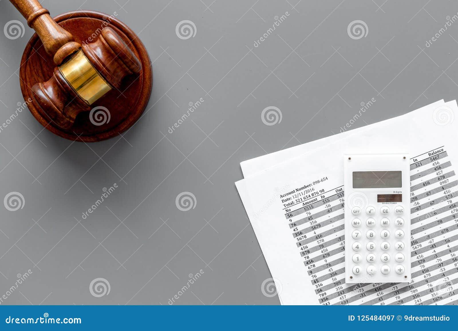 Verklaar faillissementsconcept Rechtershamer, financiële documenten, calculator op grijze hoogste mening als achtergrond