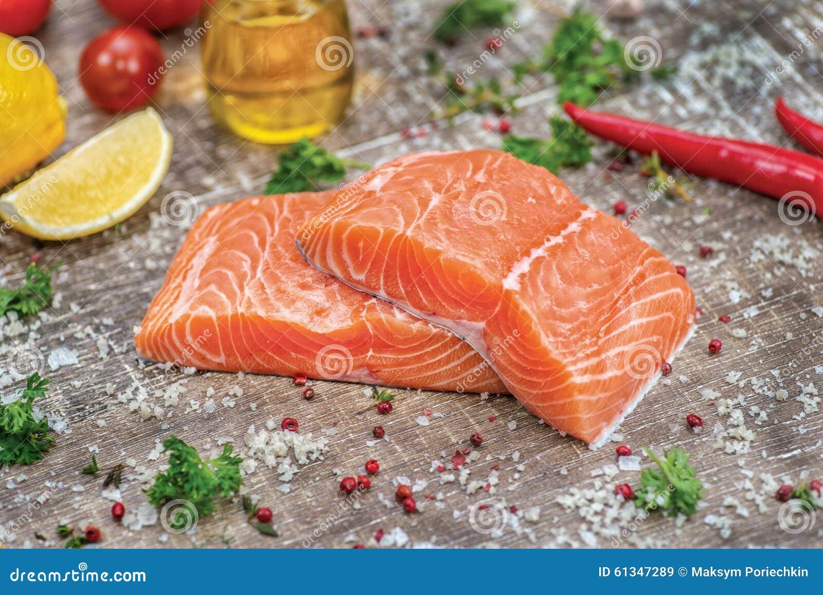 Verkleidung der Lachse Frisches und schönes Lachsfilet auf einem hölzernen
