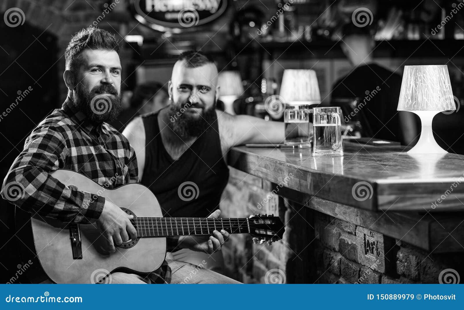 Verklig manfritid Manlekgitarr i st?ng Gladlynta v?nner kopplar av med gitarrmusik fredag avkoppling i st?ng v?nner