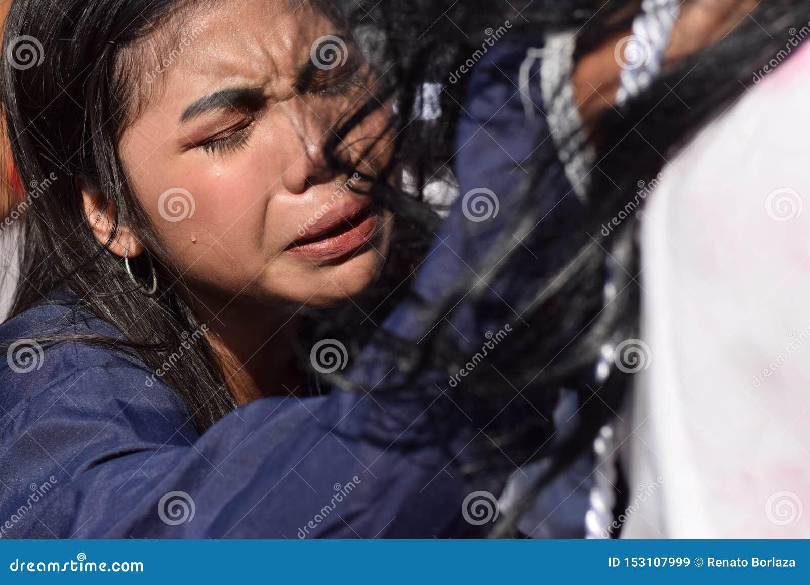 Verkliga revor sänder ut från ögonen av ett kvinnakänslamedlidande till Jesus Christ, gatadramat, gemenskap firar att föreställa