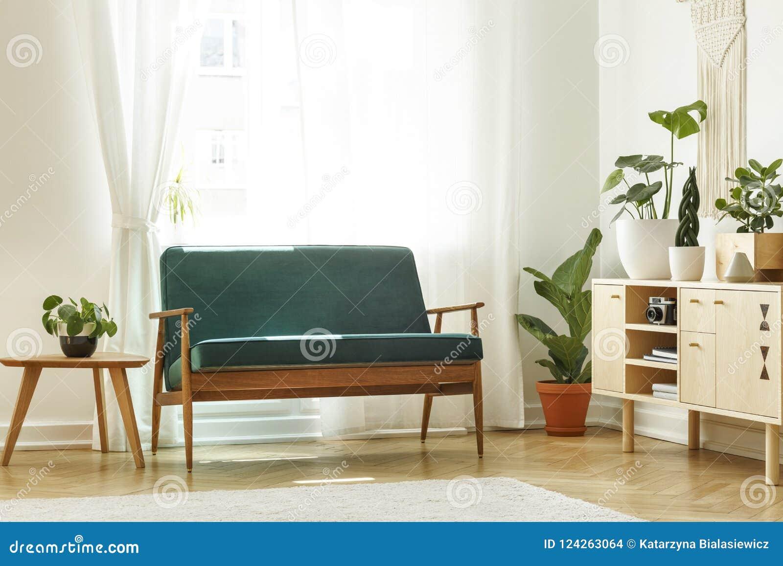 Verkligt foto av en retro soffa bredvid wi för en kaffetabell och kabinett