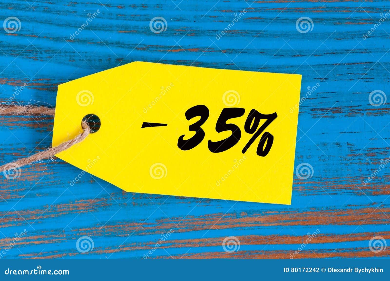Verkoop minus 35 percenten Grote verkoop vijfendertig percents op blauwe houten achtergrond voor vlieger, affiche, het winkelen,