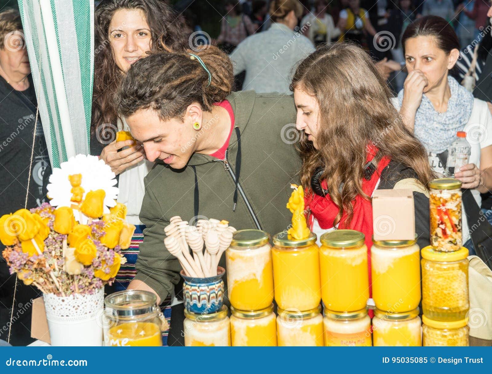 Verkoop van bijenhoning op de Nestenar-Spelen in het dorp van Bulgaren bulgarije