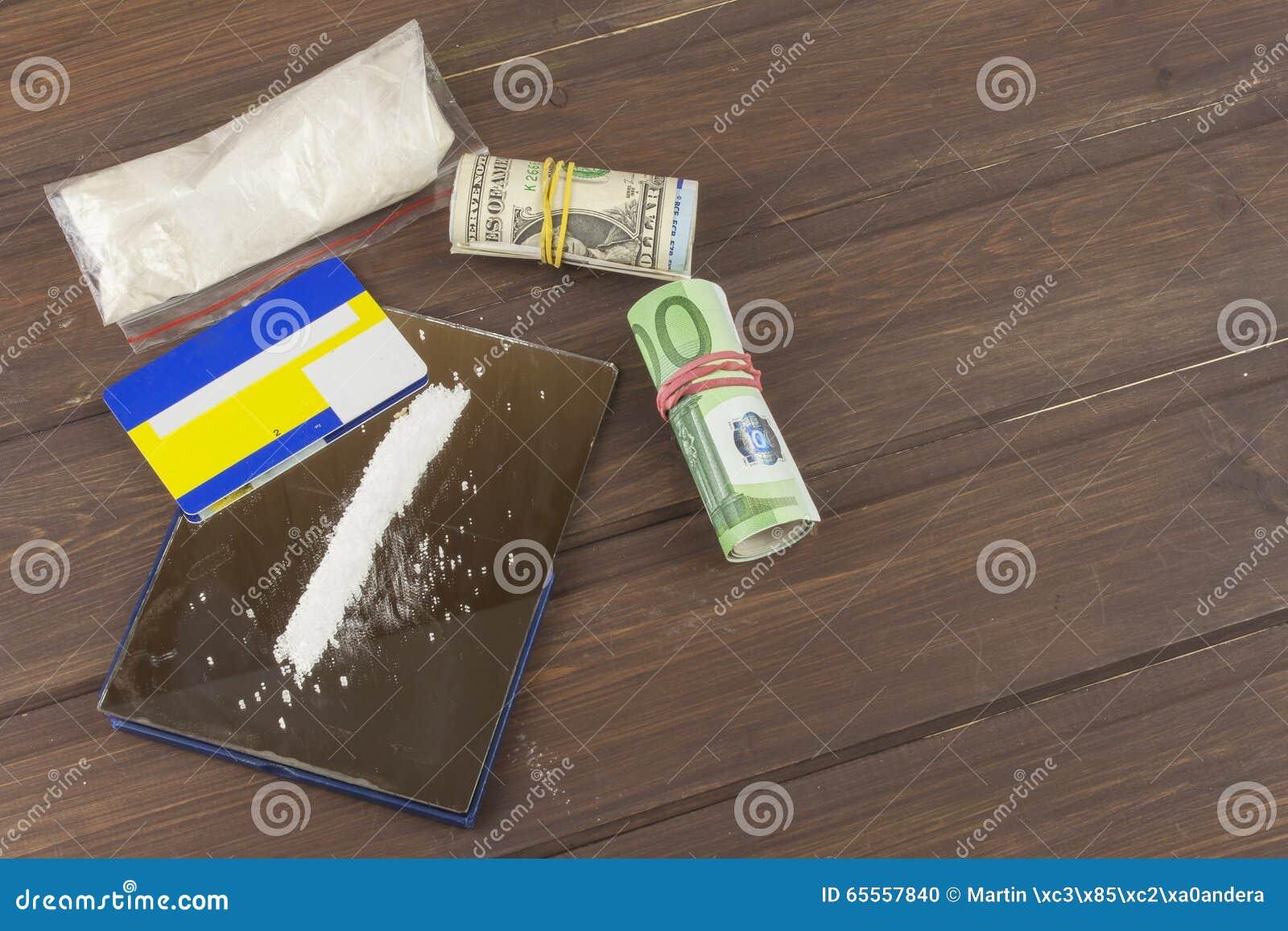 Verkoop van drugs Internationale misdaad, drugshandel Drugs en geld op een houten lijst