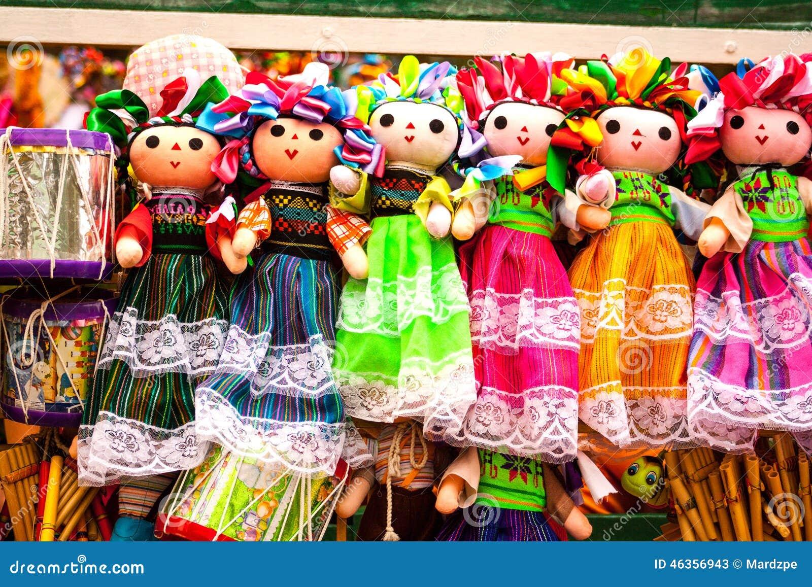 Verkoop van mooie kleurrijke Mexicaanse poppen in Xohimilco, Mexico