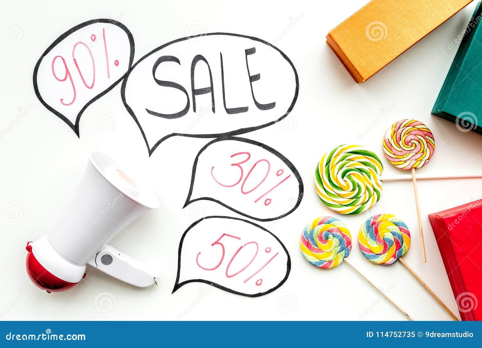 Verkoopconcept met megafoon Verklaar de verkoop Elektronische megafoon dichtbij woordverkoop in wolk, giftdozen en snoepjes