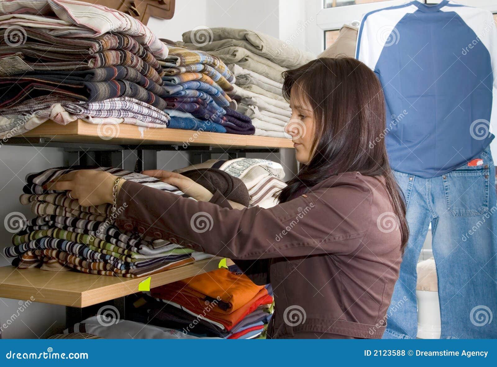 Verkoopster in een winkel van de jeansslijtage