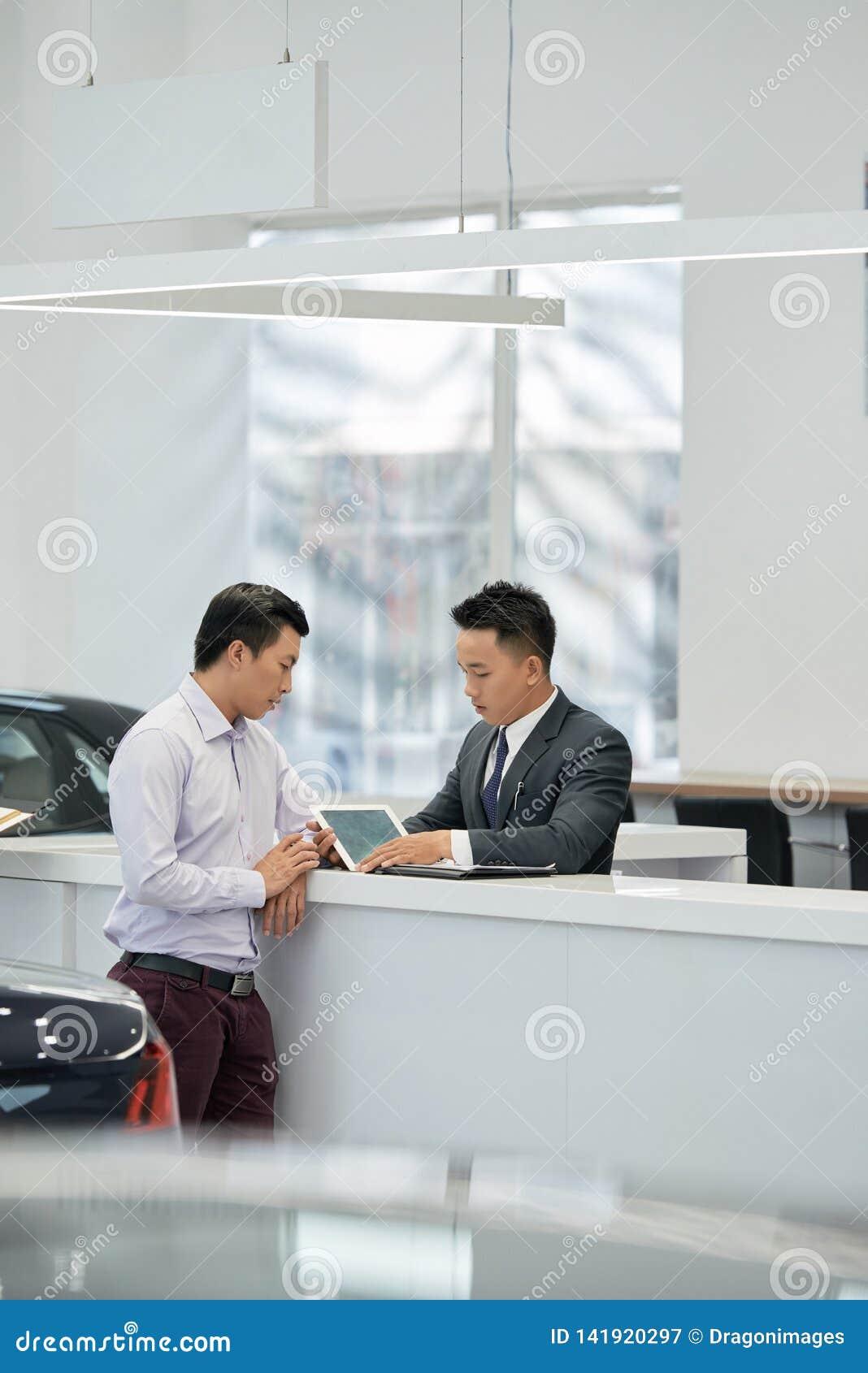 Verkoper en klantenlezingshuurkoopcontract