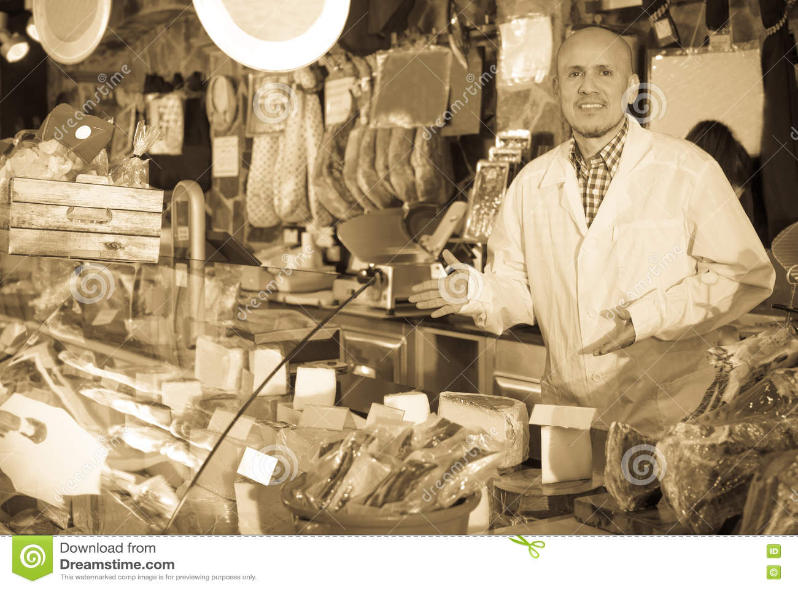 Verkopers verkopende kaas en jamon