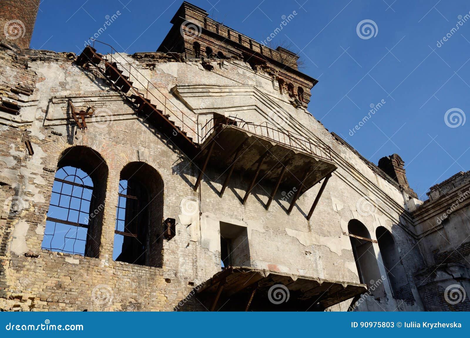 Verlassene Anlage Mit Balkon Treppe Und Zerbrochenen