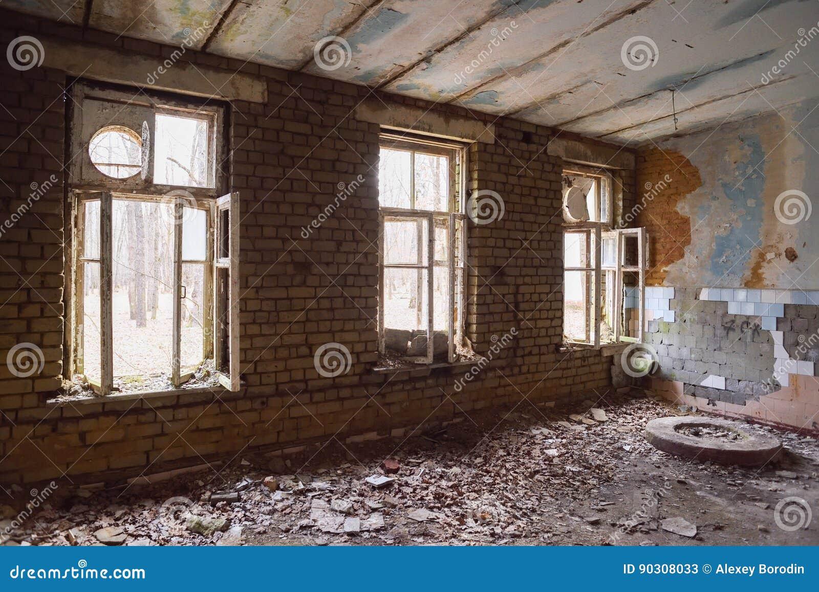 verlassene gro e halle mit gro en fenstern und r ckstand auf dem boden stockbild bild 90308033. Black Bedroom Furniture Sets. Home Design Ideas