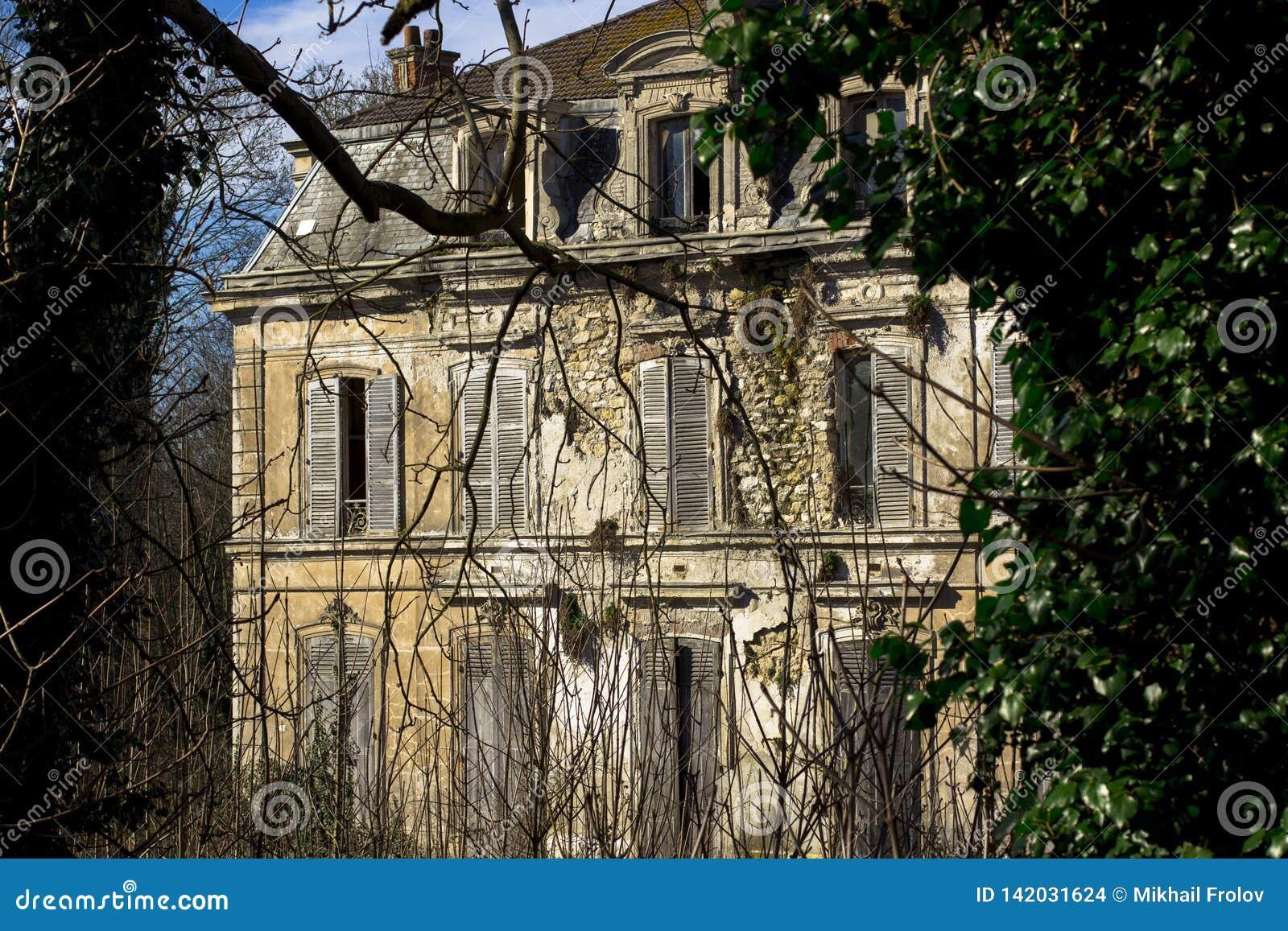 Verlassene Villa, in der niemand für eine lange Zeit ausgenommen Geister gelebt hat