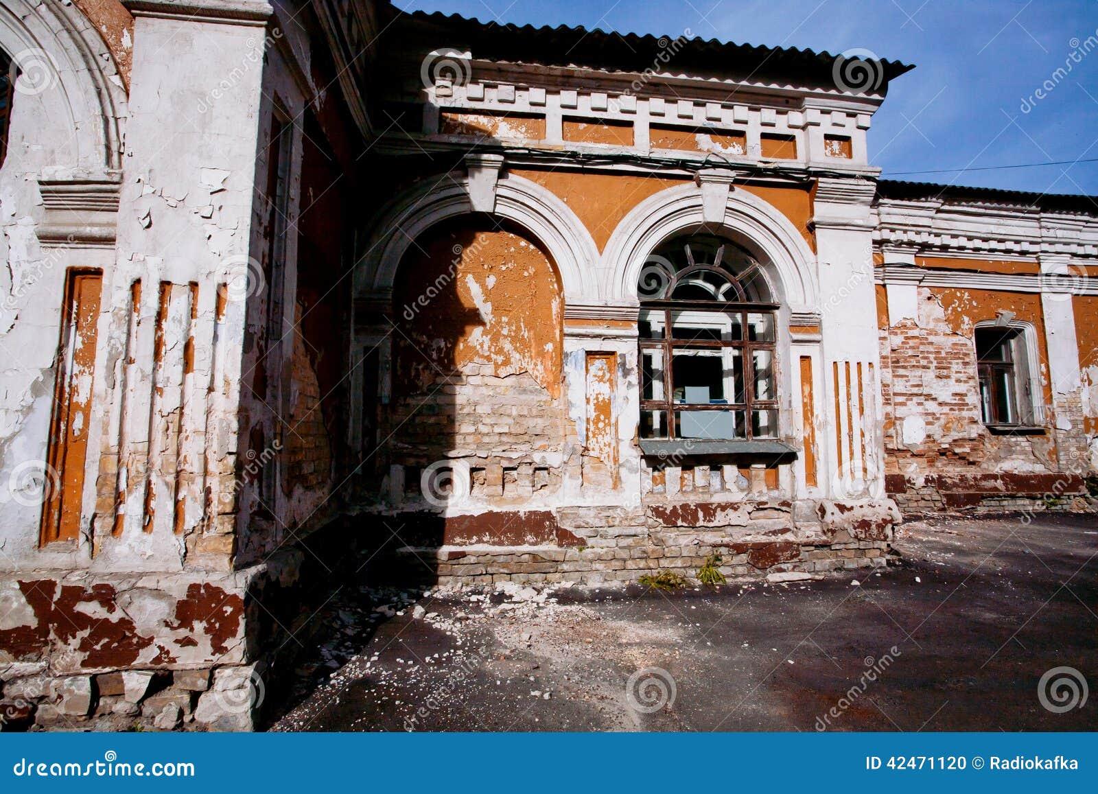 Verlassenes altes Haus mit Wänden des roten Backsteins