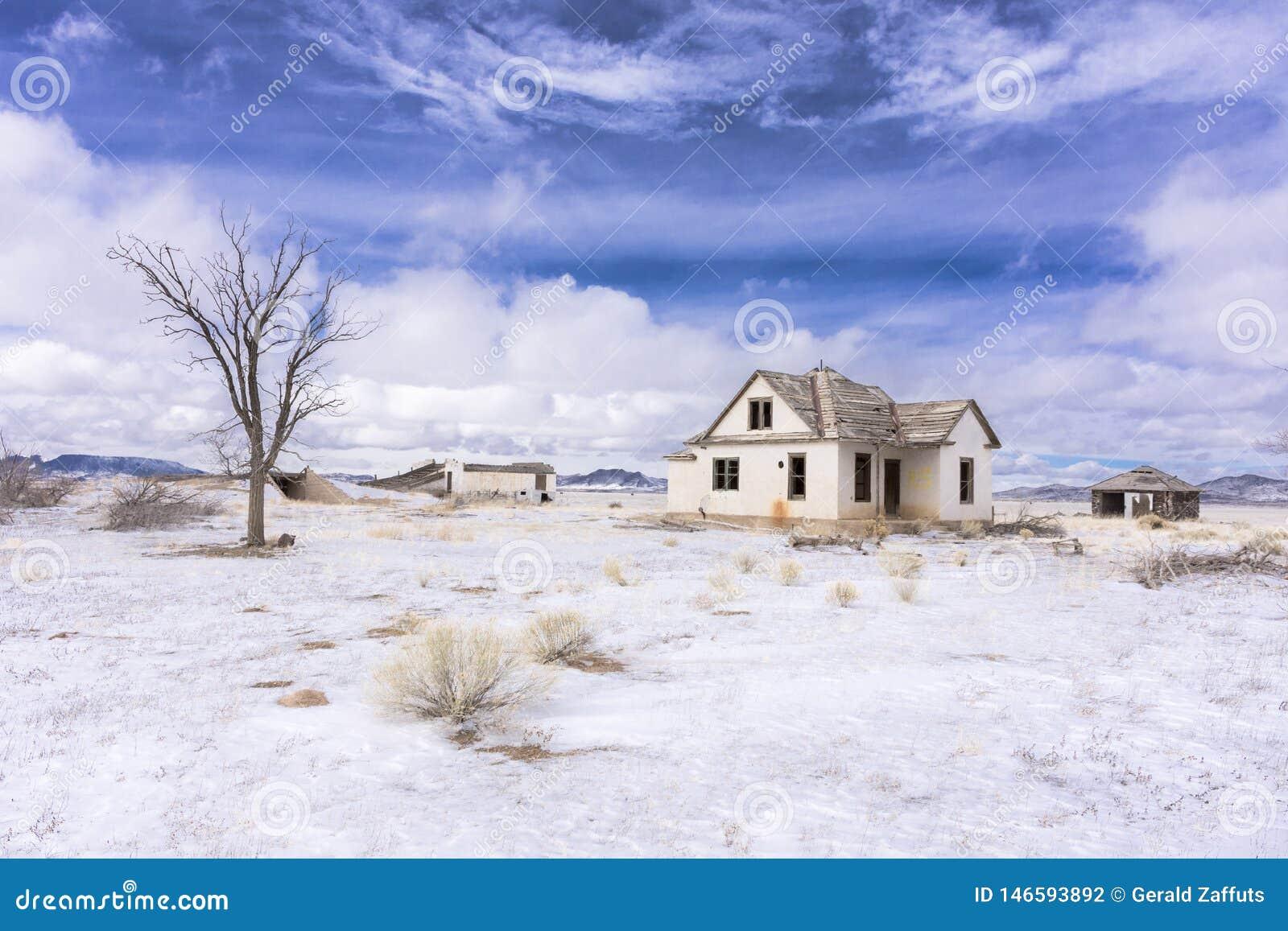 Verlassenes Colorado-Gehöft im Winter mit Schnee
