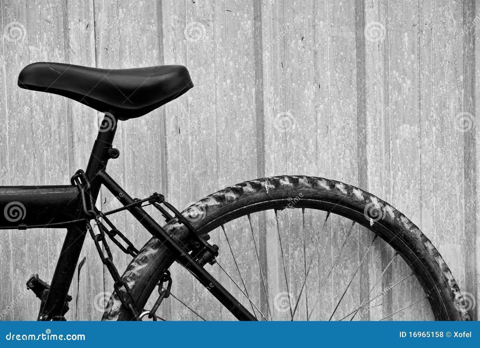 verlassenes fahrrad durch einen zaun stockfoto bild. Black Bedroom Furniture Sets. Home Design Ideas