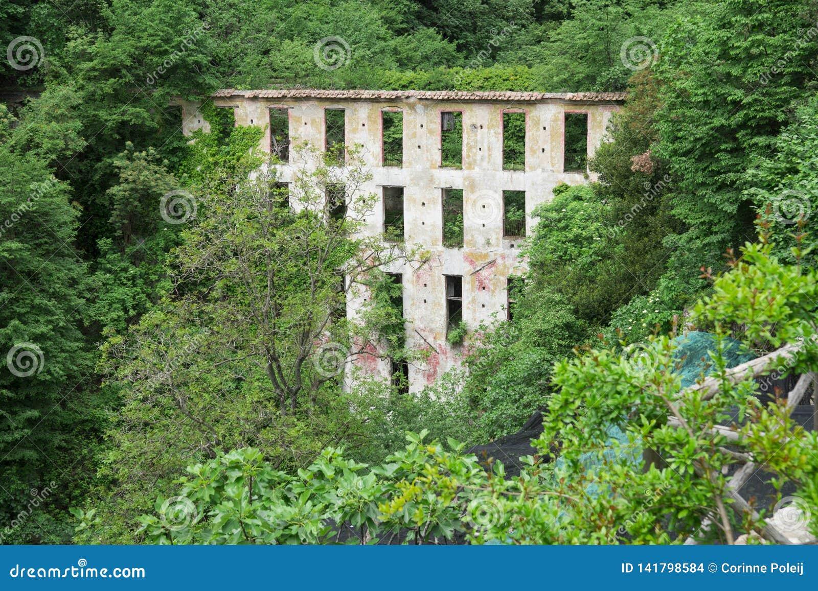 Verlassenes Gebäude entlang Wanderweg Valle-delle Ferrierie, Amalfi-Küste, Italien