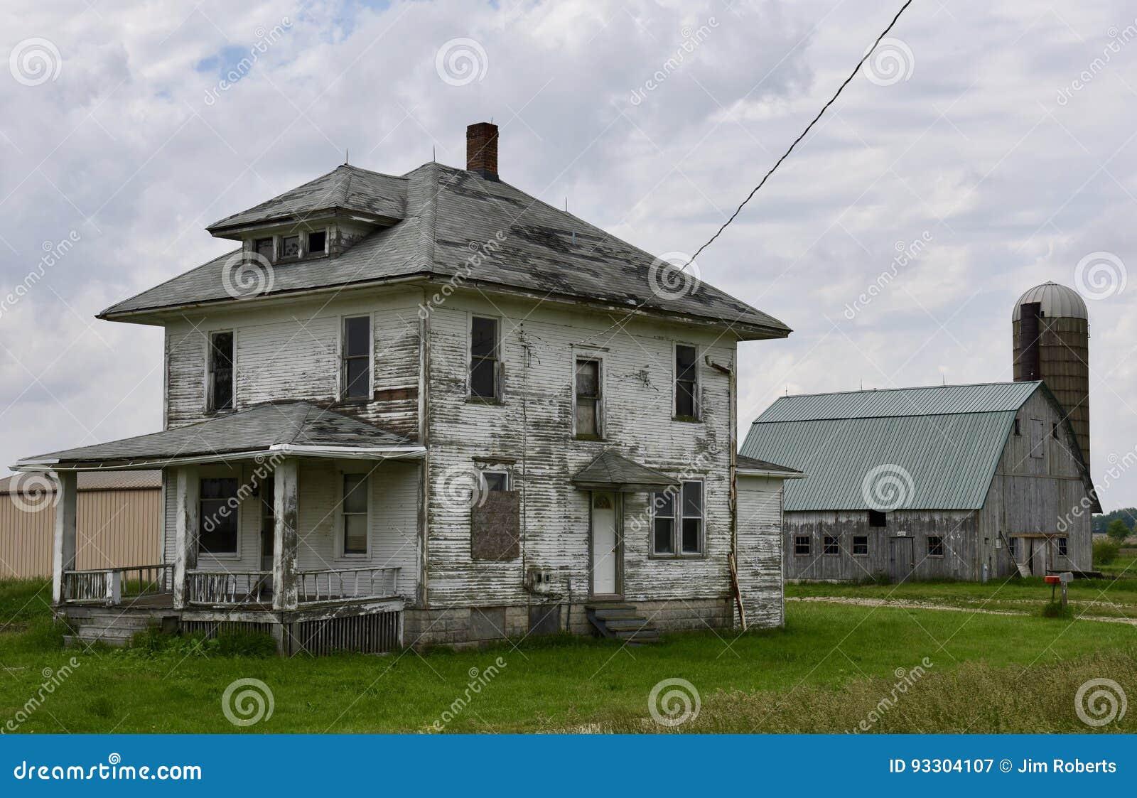 Verlassenes Haus Und Scheune Redaktionelles Stockfotografie