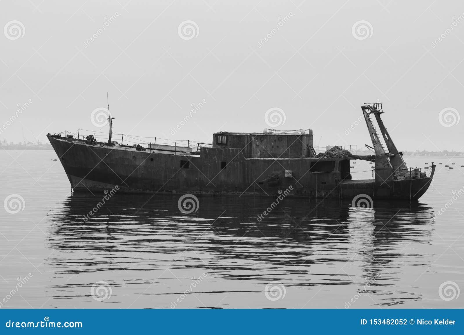 Verlassenes Schiff, das in das Meer nahe Swakopmund Namibia schwimmt