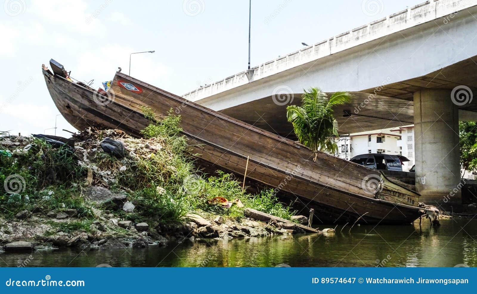 Verlassenes Schiff Im Fluss Redaktionelles Stockfotografie - Bild ...