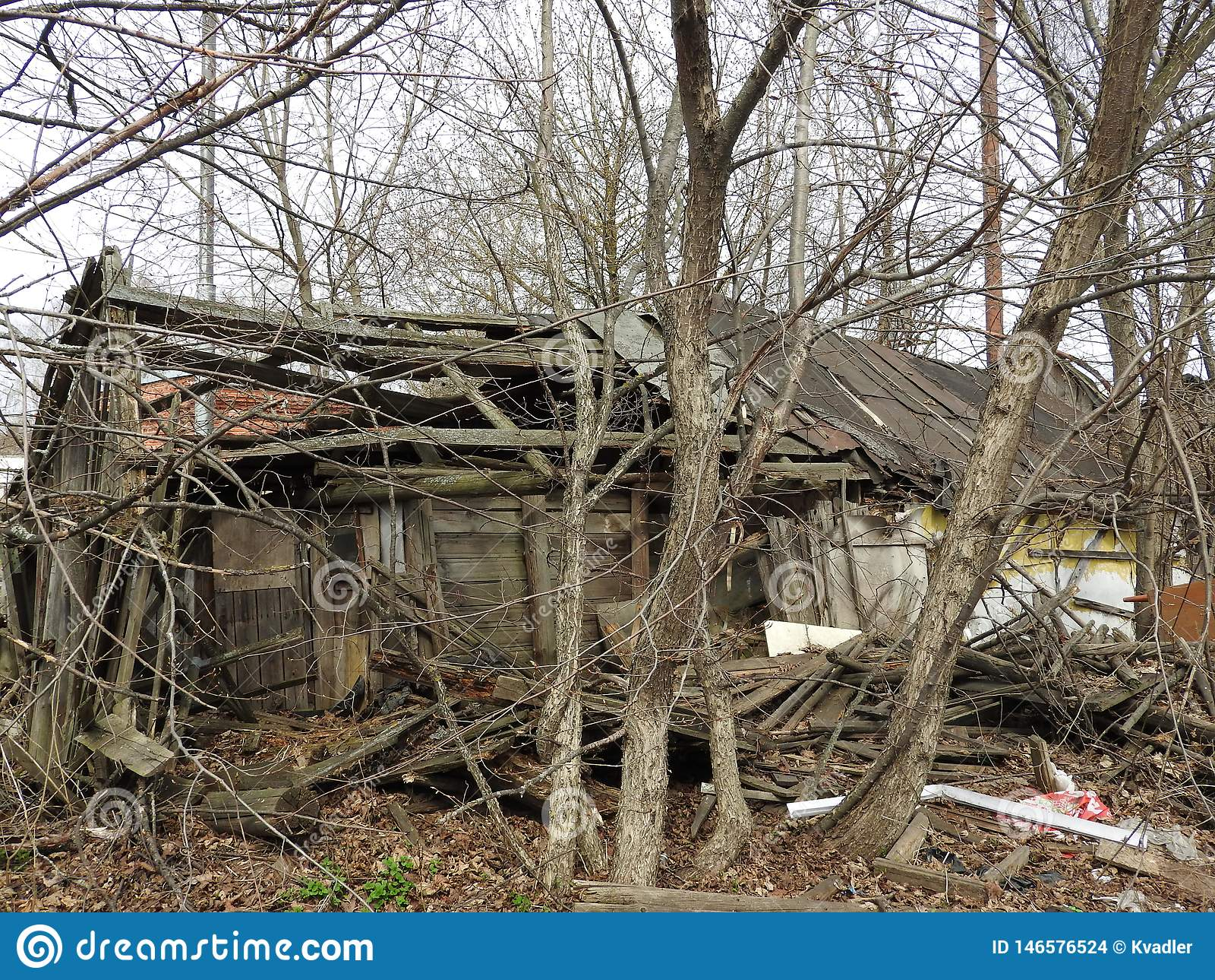 Verlassenes zerst?rtes Holzhaus im kleinen russischen Dorf