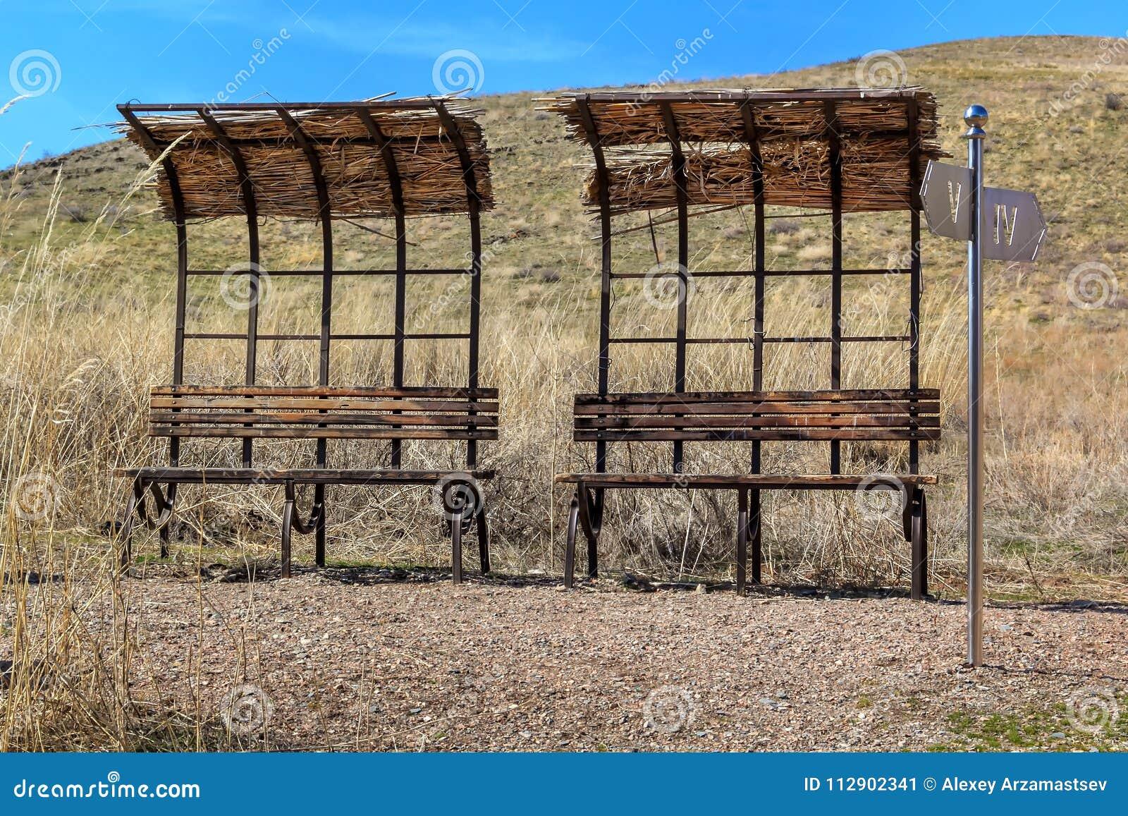 Verlaten bushaltes en dilapidated plaatsen voor recreatie in de wilde steppe