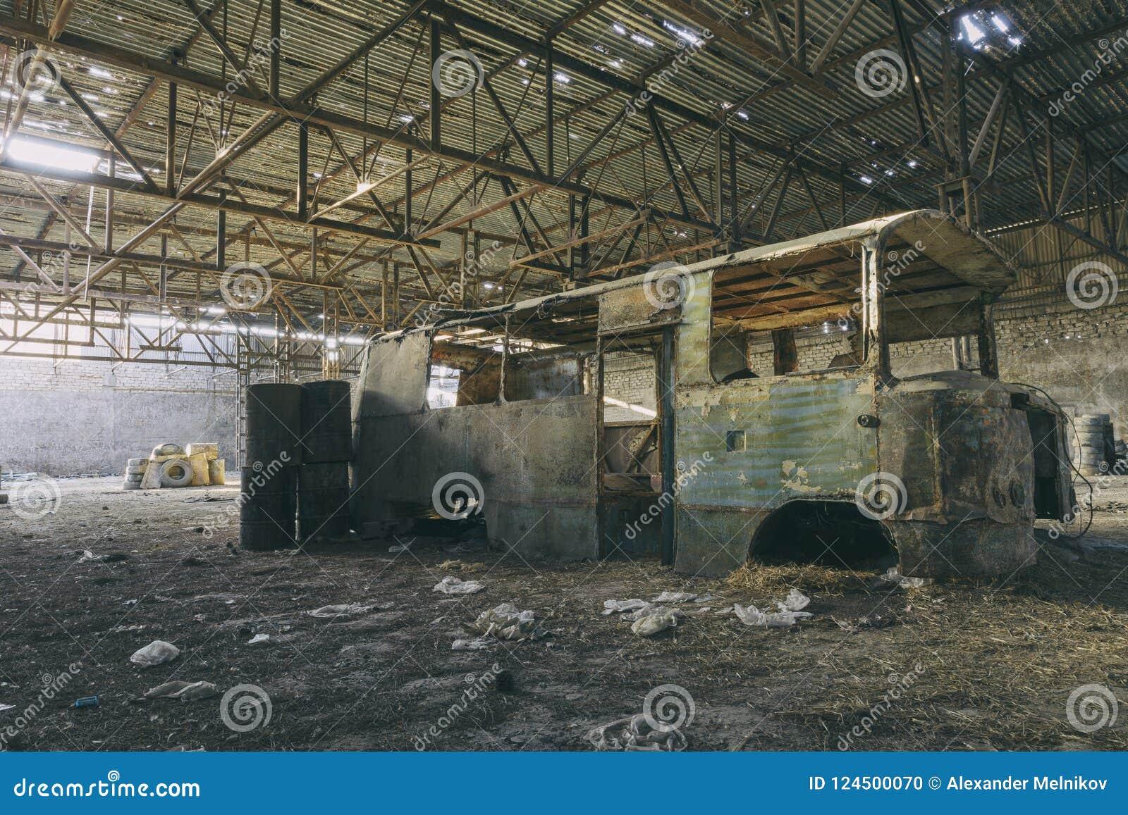 Verlaten fabriekshangaar, waar de spelen in paintball worden gehouden