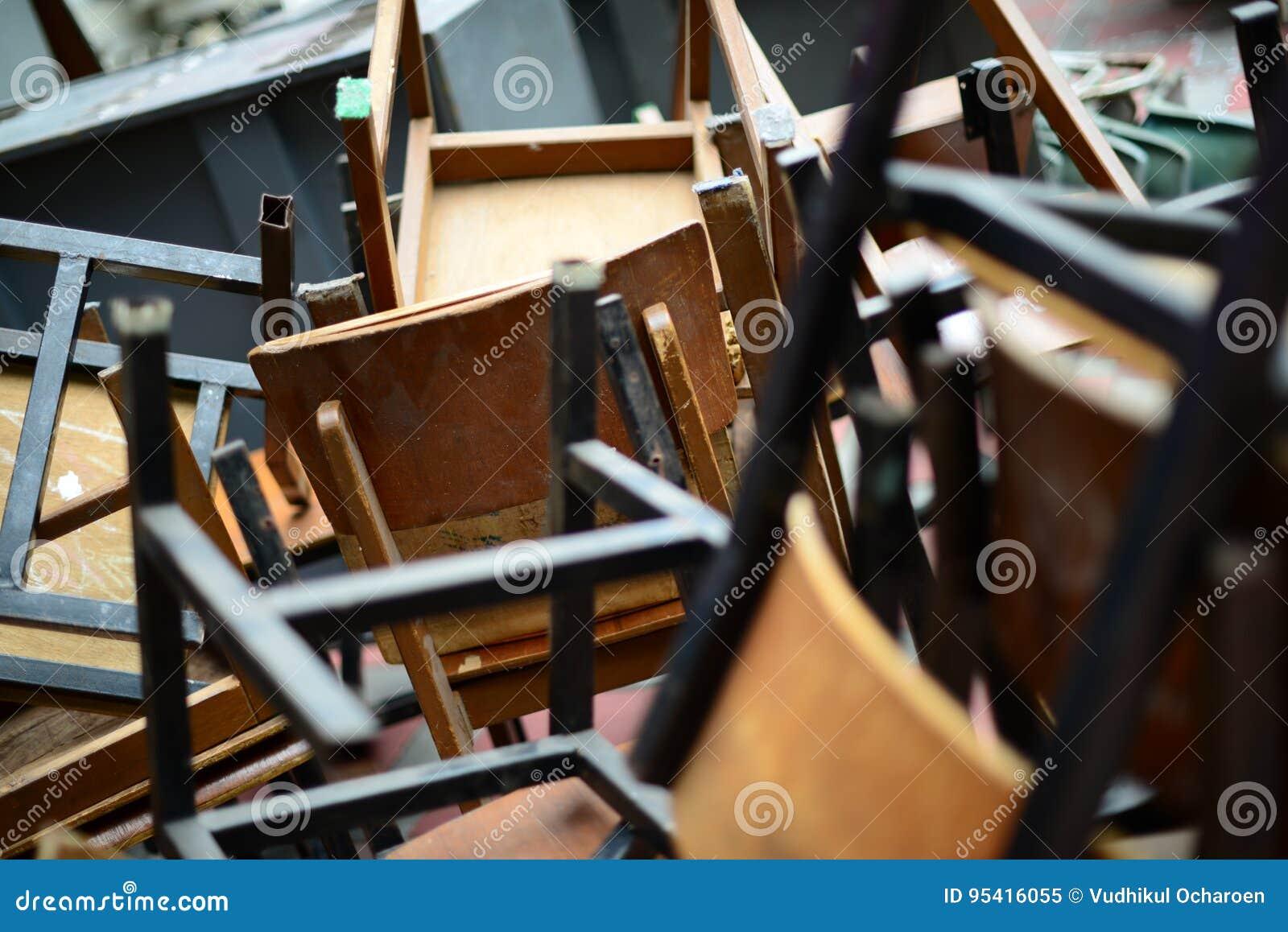 Bureau Met Stoel : Verlaten gebroken houten stoel en bureau stock afbeelding