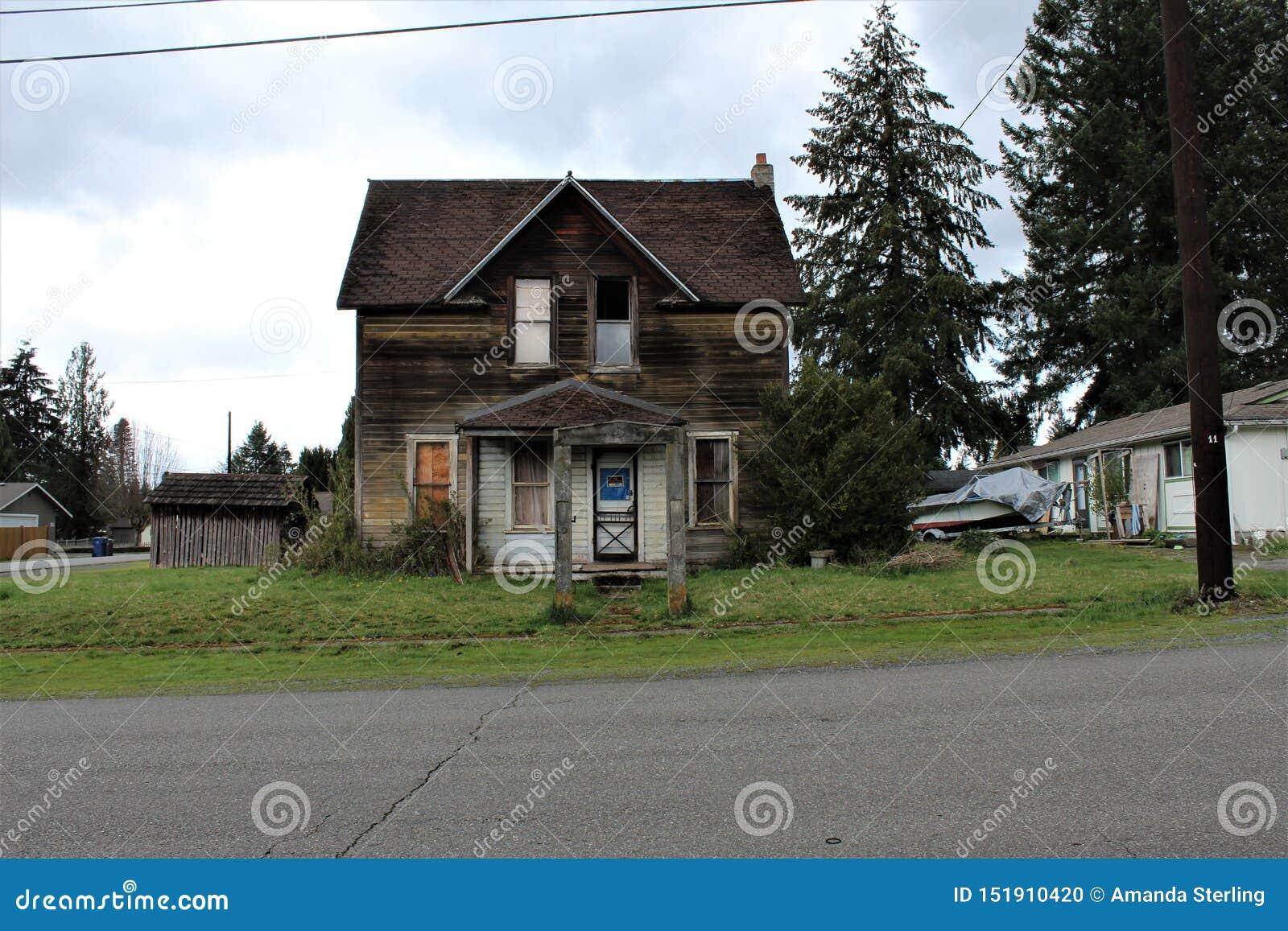 Verlaten huis in Granietdalingen, WA & x28; voorview& x29; met een concrete boog in de vooryard