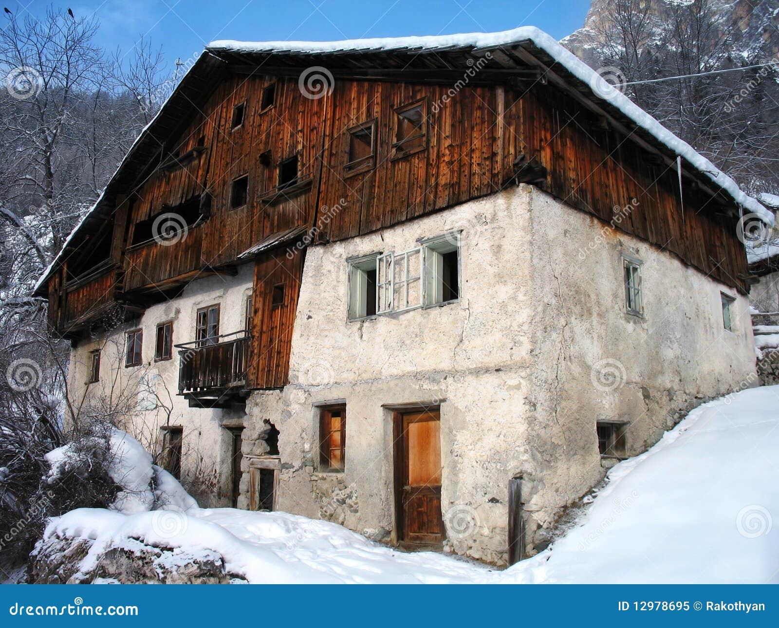 Verlaten huis in sneeuw royalty vrije stock foto afbeelding 12978695 - Foto huis in l ...