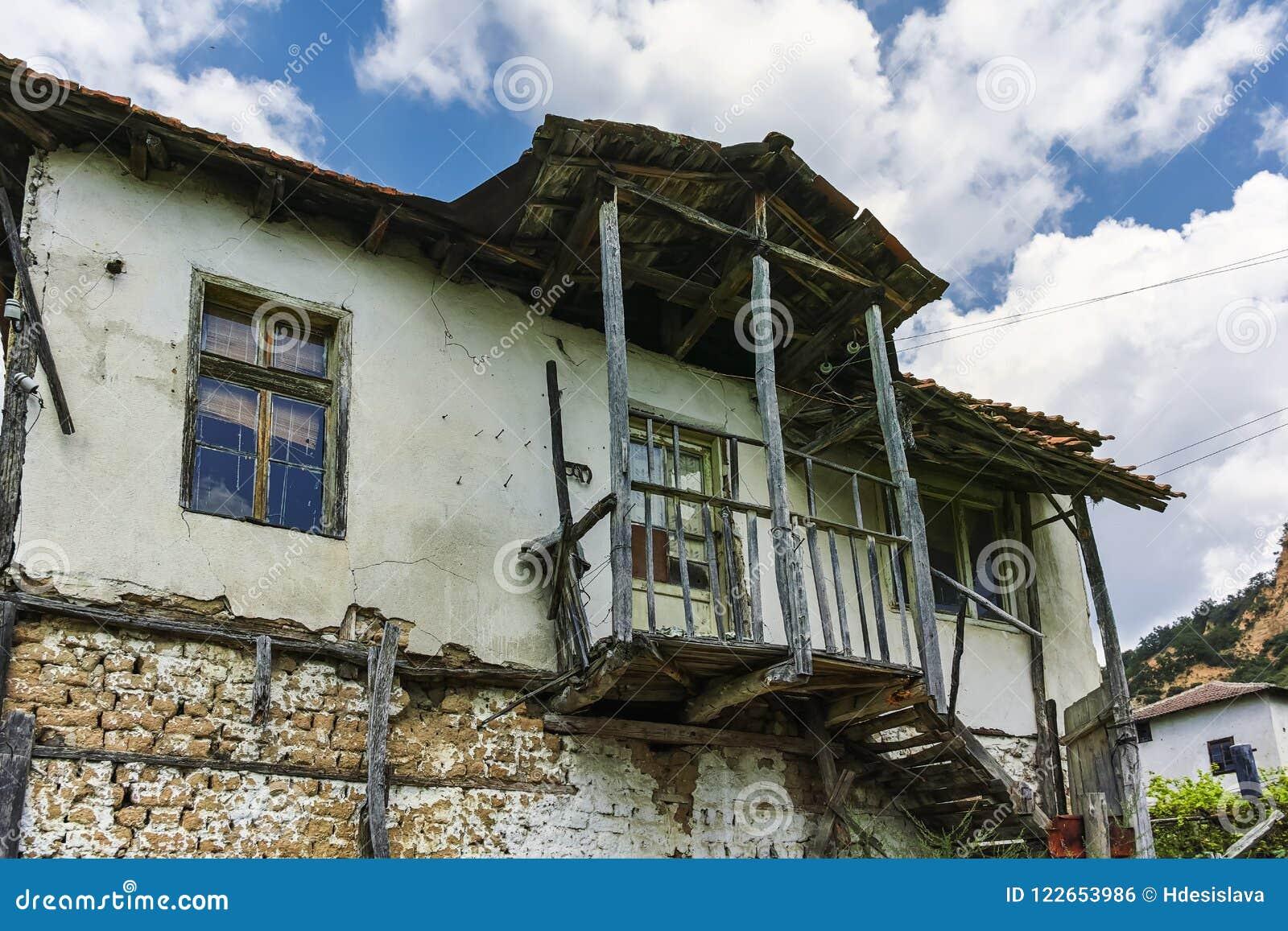 Verlaten huizen van de 19de eeuw in dorp van Zlatolist, Bulgarije