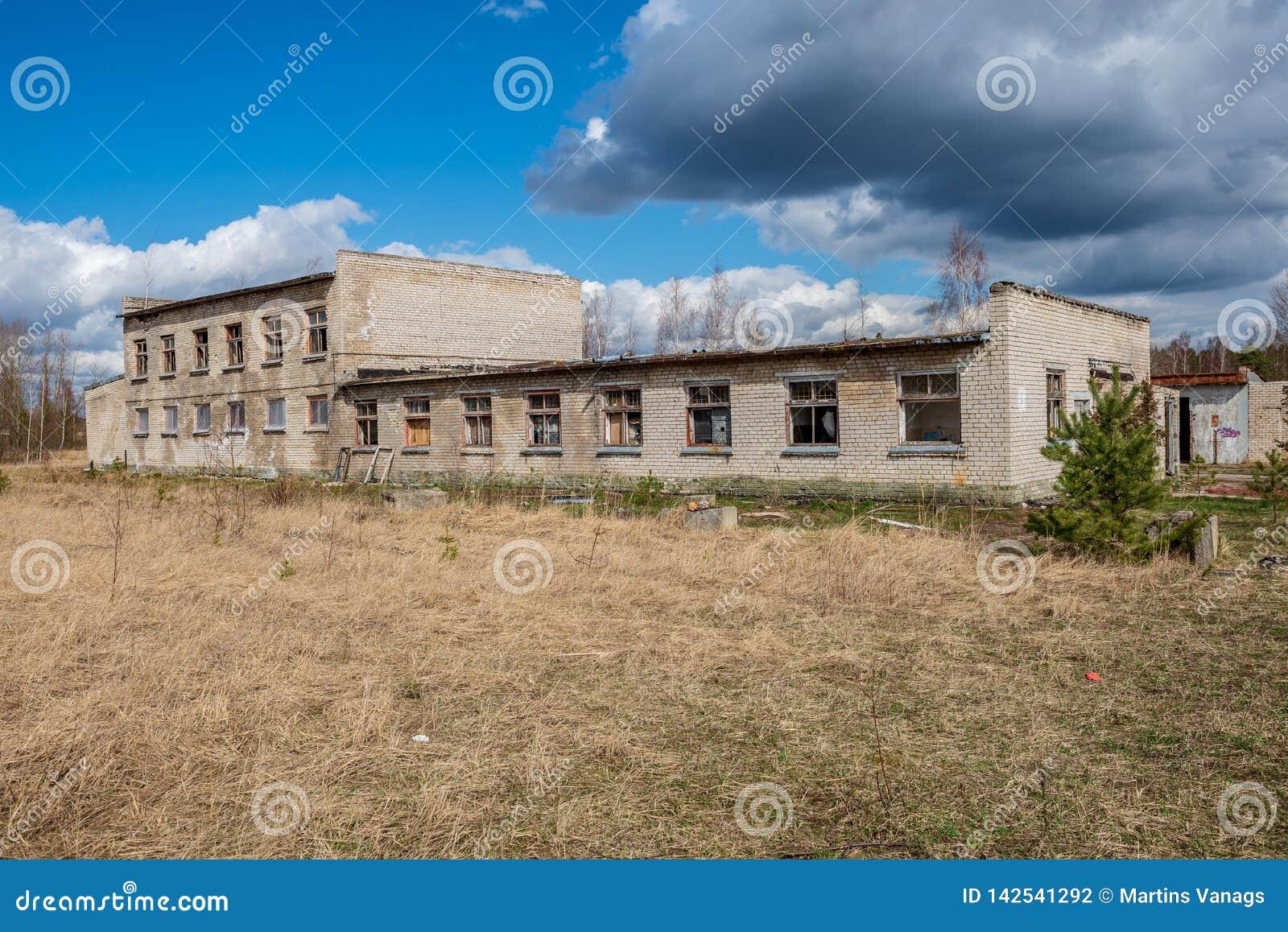 Verlaten militaire gebouwen in stad van Skrunda in Letland