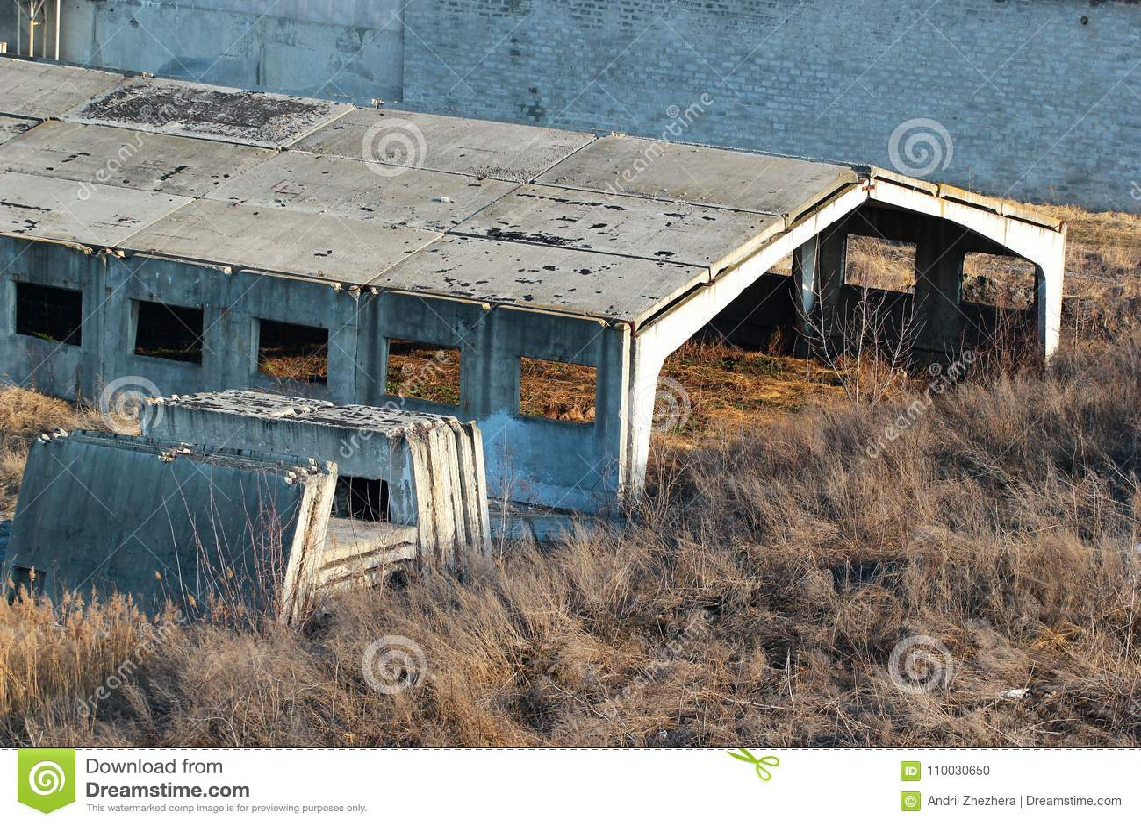 Verlaten onvolledige concrete hangaar
