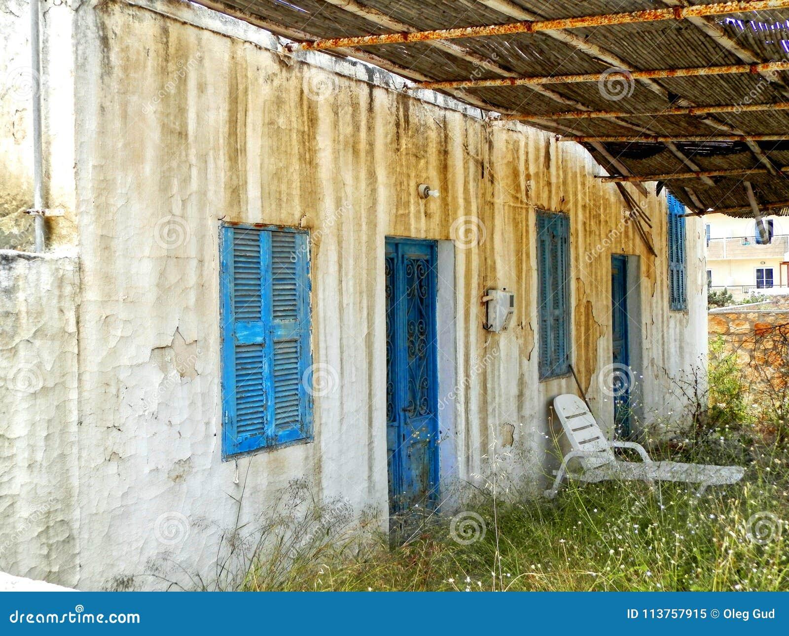 Verlaten oud wit Grieks huis