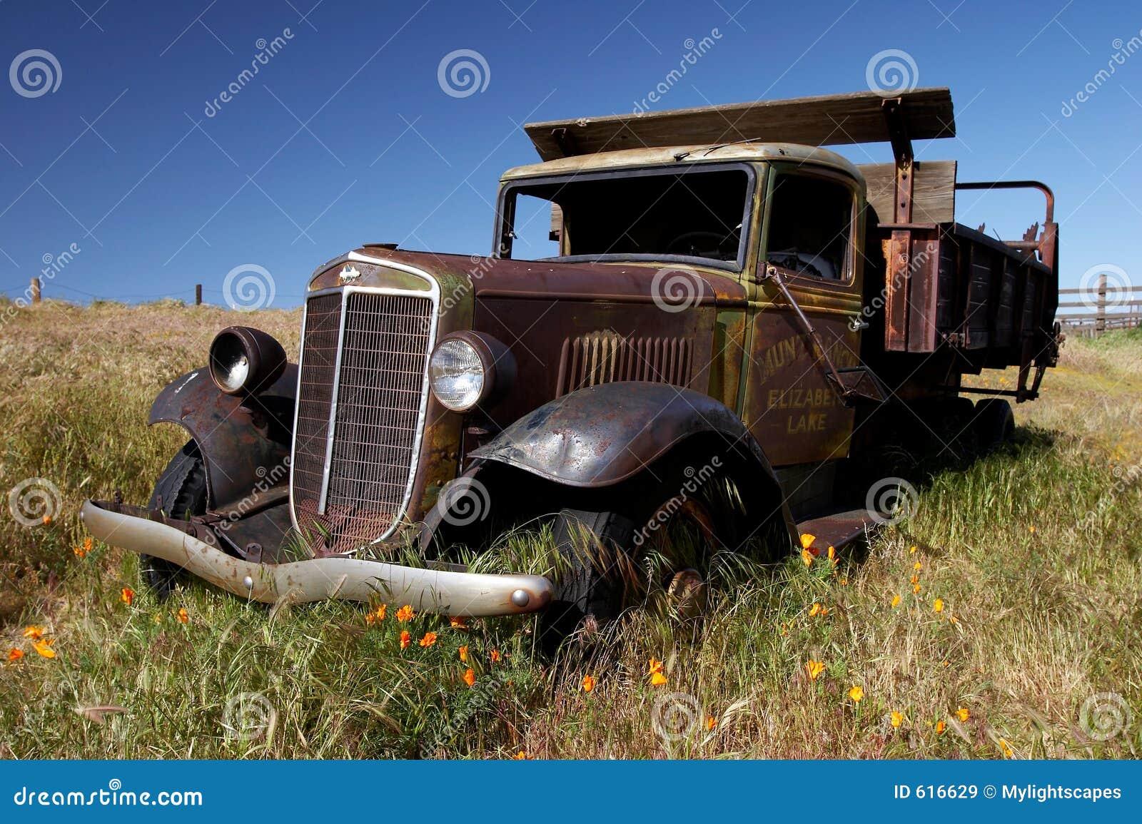 Verlaten oude vrachtwagen