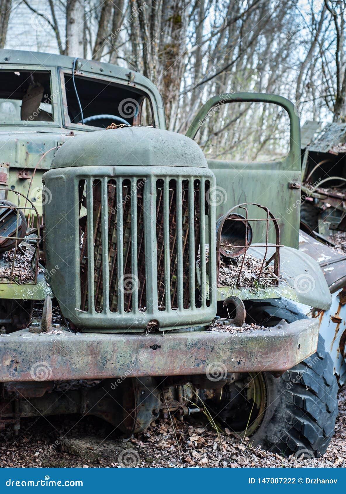 Verlaten ouderwetse militaire groene spoorverblijven in bos in de Uitsluitingsstreek van Tchernobyl